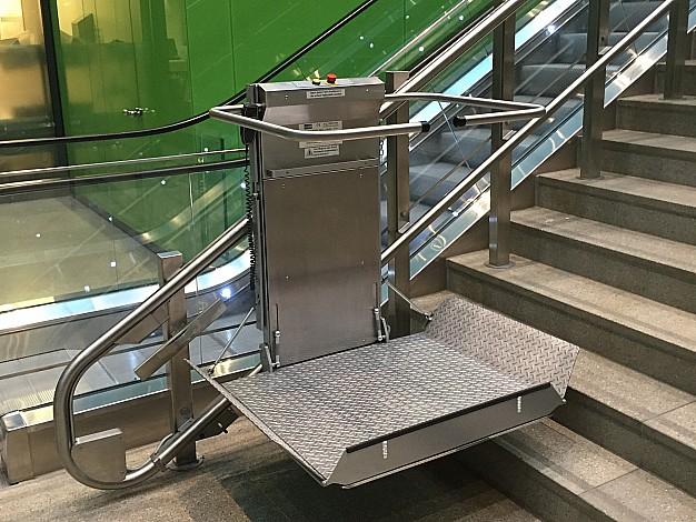 Lehner Omega nuožulnus platforminis keltuvas laiptams su posūkiais siauresnėse vietose
