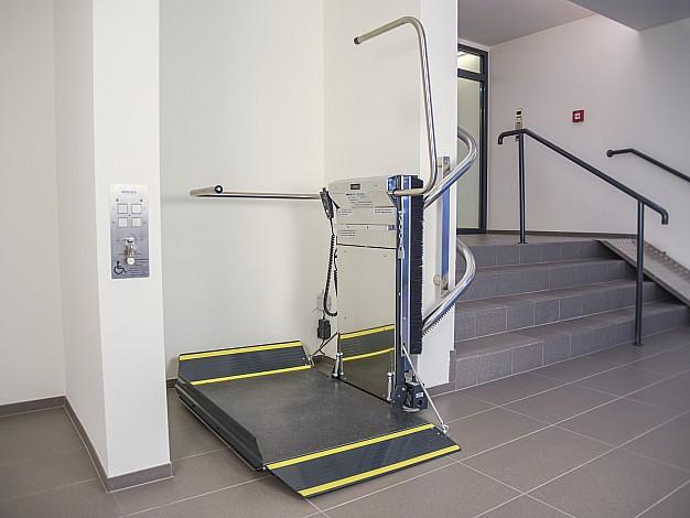 Lehner Stratos nuožulnus platforminis keltuvas  laiptams su posūkiais